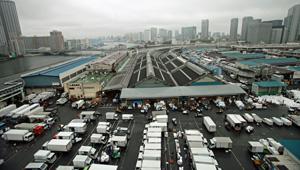 水産 卸売 市場で最大の築地市場。搬出ピークの午前5時ごろ