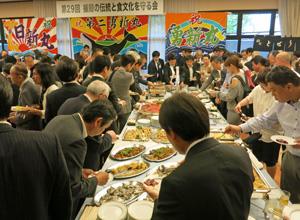多くの来場者でにぎわう「捕鯨の伝統と食文化を守る会」