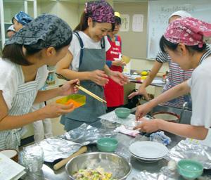マダイの刺身を使って離乳食作りに取り組む母親たち