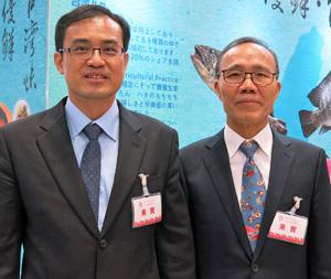 シーフードショー会場でインタビューに答えた 陳漁業署長と林総幹事