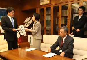 小野寺大臣(左)に要望書を渡す高橋知事と川崎北海道漁連会長(知事の右)