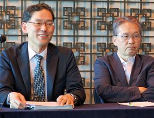会見する太田審議官(左)と宮原議長