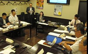第1回検討会であいさつする佐藤デジタルブックプリント社長