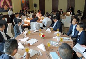 48人が参加したツアー。バンコクのホテルで結団式が行われた