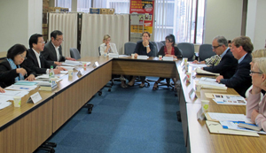 輸出対策や魚食普及などについて全漁連と話し合う欧州議会委員会代表ら