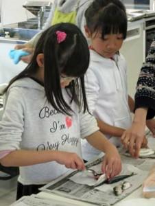 子供たちも楽しそうに魚を調理