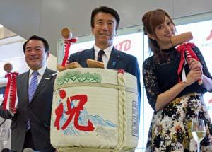 セレモニーで齋藤大臣(中央)、伊藤常務(左)、菊池さんが鏡開き
