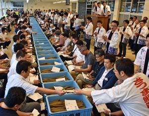153トン超出品され約100人が参加した枕崎の「さつま鰹節入札即売会」