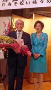 花束を手にする相澤会長と夫人の司葉子さん