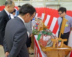 木船に載せられた色とりどりの石川県産の鮮魚は注目を浴びた