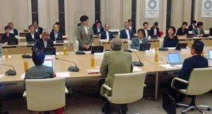 築地再開発会議の冒頭にあいさつする小池知事(中央)