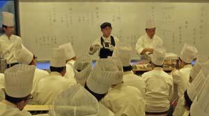 小泉料理長の説明に聞き入る生徒たち