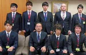 将来の浜のリーダーとなる若手が長谷長官 (前列から2人目)を表敬訪問した