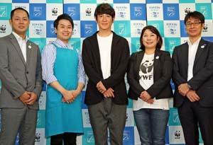 田中さん(中央)と松橋さん(その左)。山内WWFジャパン水産グループ長(右から2人目)、石井幸造MSCプログラムディレクター(右端)、山本光治ASCGM