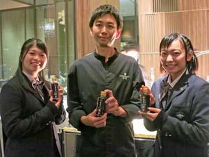 「最後の一滴」を手に阿部料理長(中央)と 佐藤さん、松井さん