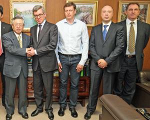 白須会長(左)とズべレフVARPE会長(その右)らロシア水産界代表ら