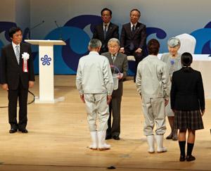 天皇・皇后両陛下から「お手渡し」 を受ける漁業後継者