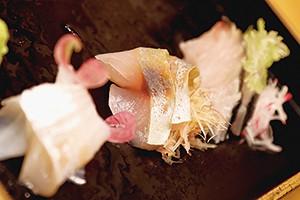 熟成魚の刺身。(右)からサゴシ、カンパチ、スズキ