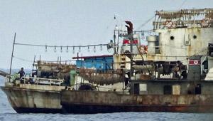 違法操業を繰り返す北朝鮮漁船。大量のイカが積まれている(全国いか釣り漁業協会提供)