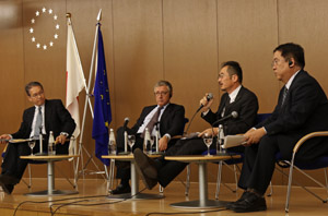 「市場国の連携がIUU撲滅につながる」と確認されたパネルディスカッショ ン 。( 左から)宮原理事長、マチャド総局長、長谷長官、イオンの山本氏
