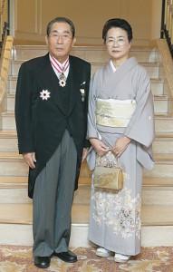旭日重光章に輝いた服部氏と 智惠子夫人