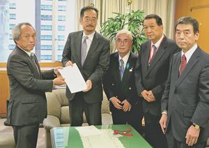 長谷長官(左から2人目)に要望書を提出する成子会長(左端)