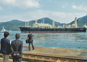 尾道から出港した日新丸を見送る調査捕鯨関係者