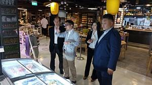 シンガポールのスーパーを視察する幡宮水産林務部長