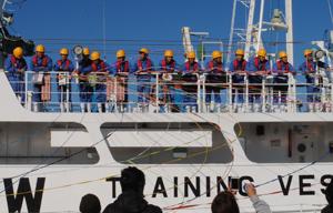 実習生徒を乗せて焼津港を出航する実習船やいず
