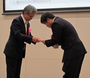 企業賞の目録を受け取る髙橋さん(右)