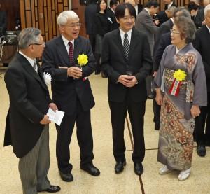 秋篠宮さま(右から2人目)を囲んで談笑する白須会長(左端)と受賞者
