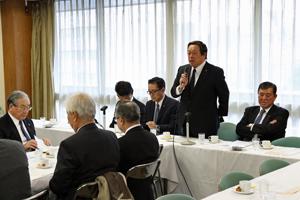 あいさつする浜田会長。その左は江島部会長。 右は石破茂水産基本政策委員長