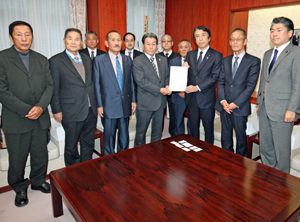 齋藤大臣(前列右から3人目)に要望書を提出する濵上組合長(その左)