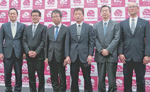 安価な認証制度で多くの生産者の取得を目指す。升間理事長(右から3人目)、有路副理事長(その左)ら