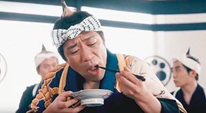 動画内で「最高の朝ごはん」を頬張る芸人はなわ扮(ふん)する海苔食兵衛