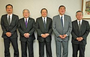 2018年の水産業の課題など語った㊨から白須会長、石破委員長、浜田会長、岸会長、長谷長官