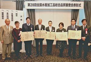 (左)から中山会長、岡﨑審査委員長、農林水産大臣賞を受賞した5人。