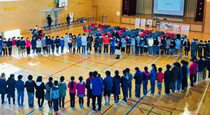 輪を作ってミンククジラの大きさを再現する松仙小学校の児童たち