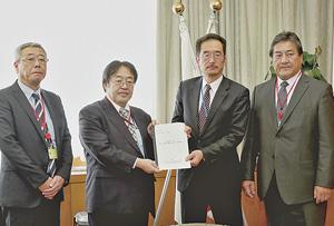 長谷長官(右から2人目)に要望書を渡す山崎副会長(その左)。右は萬屋会長