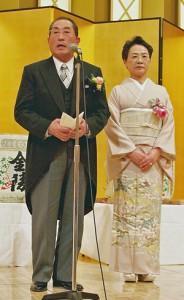 謝辞を述べる服部氏(左)と智恵子夫人