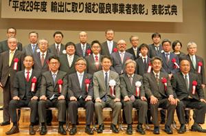 谷合副大臣(最前列中央)らと記念撮影する受賞者