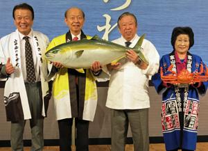 富山の魚をPRする石井知事(左から2人目)と尾山春枝県漁連会長(右端)