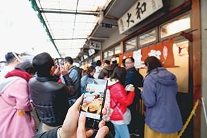 スマートフォン検索でメニュー情報が照会できる飲食店に観光客が大行列
