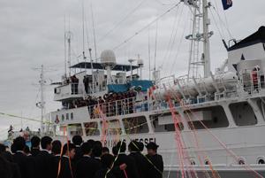 焼津港を出港する実習船「やいづ」