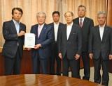 齋藤大臣(左端)に要望書を手渡す岸会長(その右)、西田会長(右から3人目
