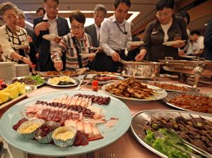 ずらりと並んだクジラ料理
