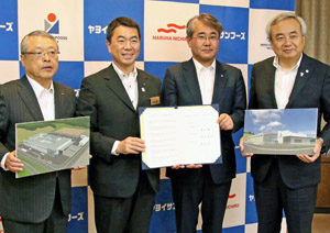 締結式後に記念撮影する(左から)伊藤社長、村井知事、黒本社長、菅原市長