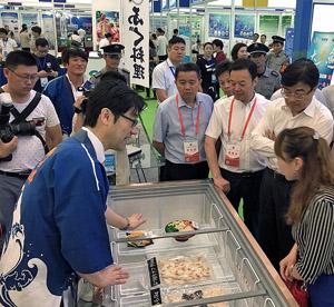 日本産のフグに多くの来場者が興味を示した