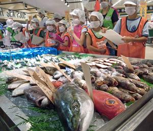 コープさっぽろの鮮魚売り場で産地や価格を調べる子供たち