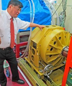 新たに開発した超電導モーターを解説する和泉東京海洋大教授。